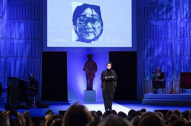 Eva Gedin, ordförande i Svenska Förläggarföreningen, talar om den fängslade förläggaren Gui Minhai under Augustgalan 2019 i Stockholms Konserthus. Foto: Pontus Lundahl/TT.
