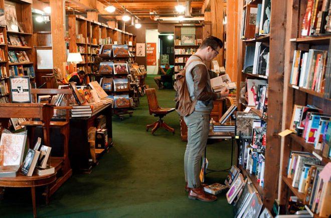 Bokhandeln Powell's Books i USA har återanställts personal som sagts upp på grund av coronakrisen sedan nätförsäljningen skjutit i höjden. Arkivbild: Ed Andrieski/AP/TT.