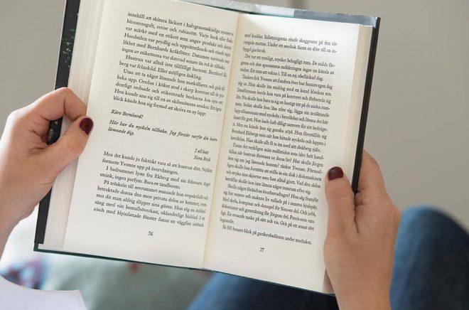 44 procent av svenskarna läser en bok mer än en gång i veckan. Arkivbild: Fredrik Sandberg/TT.