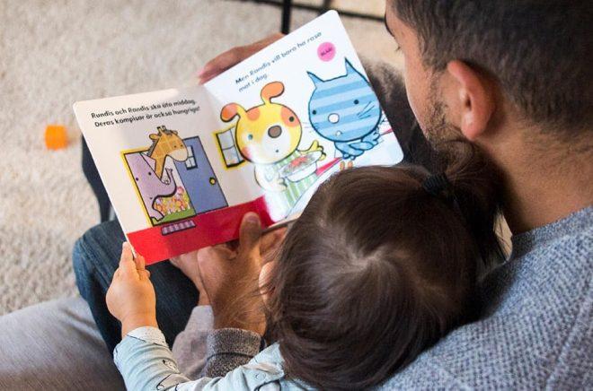 Ovanlig syn? Enligt en ny undersökning är det vanligare att kvinnor läser högt för barn än män. Arkivbild: Isabell Höjman/TT.