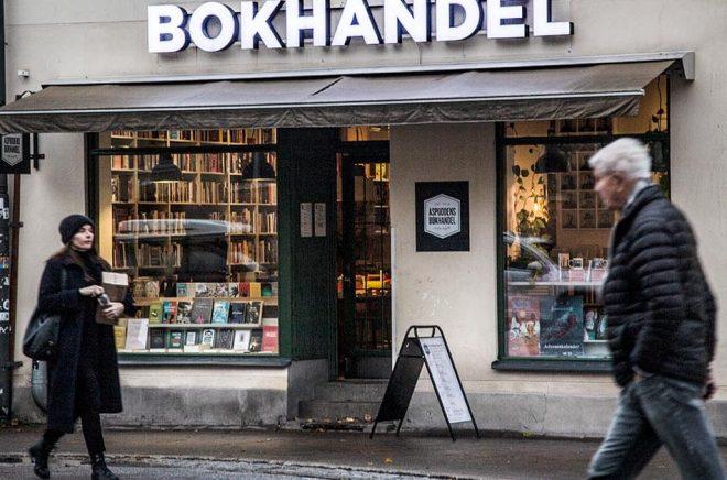 Försäljningen på landets bokhandlar rasar – vilket också går ut över förlagen. Arkivbild: Helena Landstedt/TT.
