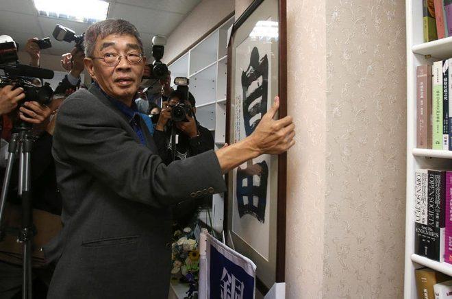 Hongkong-förläggaren Lam Wing-Kee har öppnat en ny bokhandel i Taiwan. Foto: Chiang Ying-Ying/AP/TT.