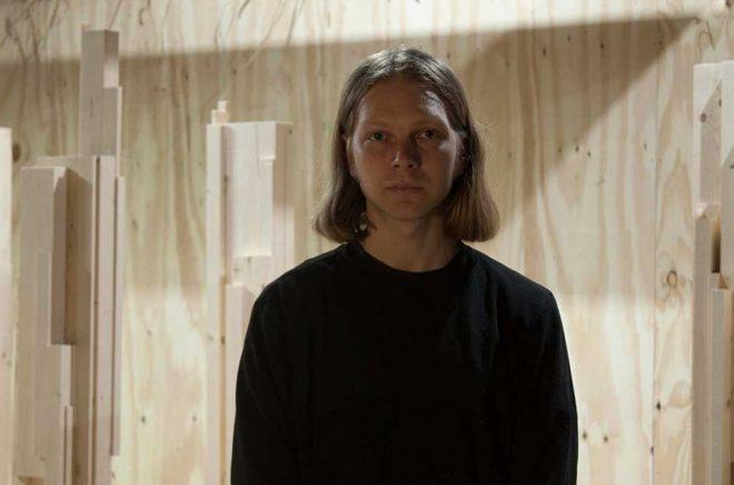Konstnären Jacob Holmberg i Ljusdal tänker jobba utifrån coronakrisens begränsningar, inte minst när det gäller materialinköp. I bakgrunden syns en tidigare skulpturserie:
