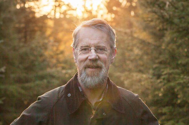 Ola Engelmark mår bra i skogen – men menar att skogarna inte mår särskilt bra längre, och det vill han ändra på. Pressbild: Fredrik Engelmark Hofgaard.