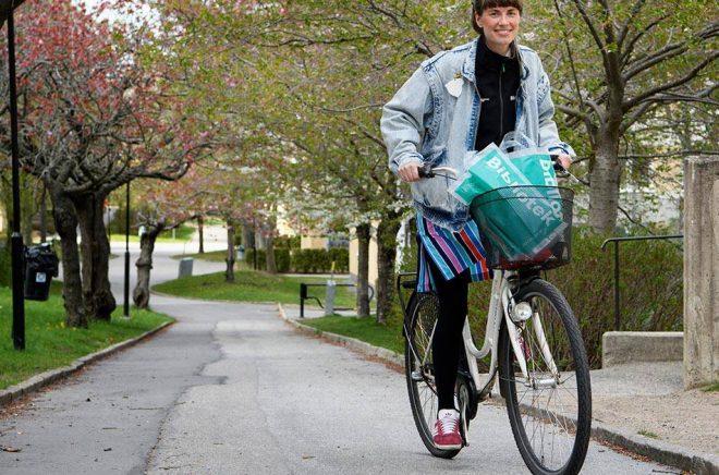 Bibliotekarie Frida Ulvegren på Östberga bibliotek cyklar hem till låntagarna med böcker. Foto: Jessica Gow/TT.