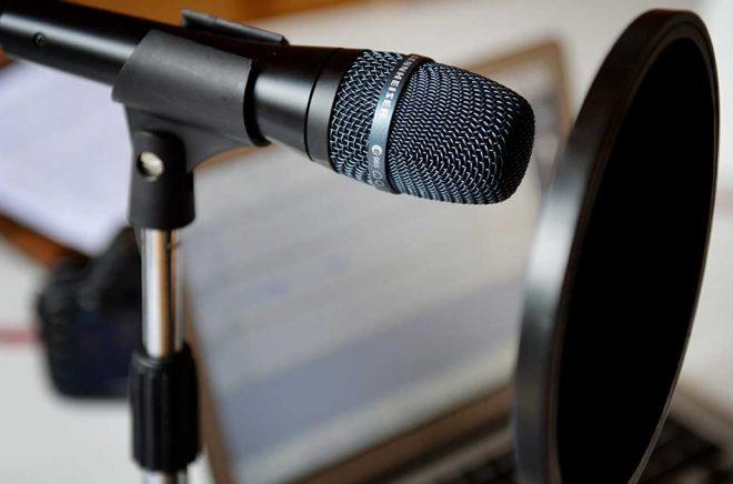 63 procent av Sveriges befolkning lyssnar regelbundet på podcasts, visar en undersökning utförd av Kantar Sifo på uppdrag av Spotify. Arkivbild: JESSICA GOW / SCANPIX.