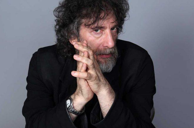 Neil Gaiman får coronakritik efter resa till skotsk ö. Arkivbild: Rebecca Cabage/AP/TT.
