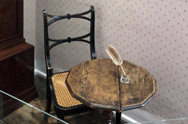 Jane Austen skrev sina klassiska romaner vid ett litet runt bord vid matsalsfönstret i stugan i Chawton. Arkivbild: Anna Tomforde/AP/TT.
