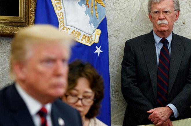 President Donald Trump vid ett besök i Sydkorea med den dåvarande nationelle säkerhetsrådgivaren John Bolton. Arkivbild: Evan Vucci/AP/TT.