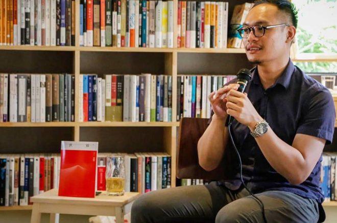 Daniel Lee, som äger den oberoende lilla bokhandeln Hong Kong Reader tänker fortsätta sälja böcker, men noga följa vilka böcker som stoppas av de kinesiska myndigheterna. Foto: Privat.