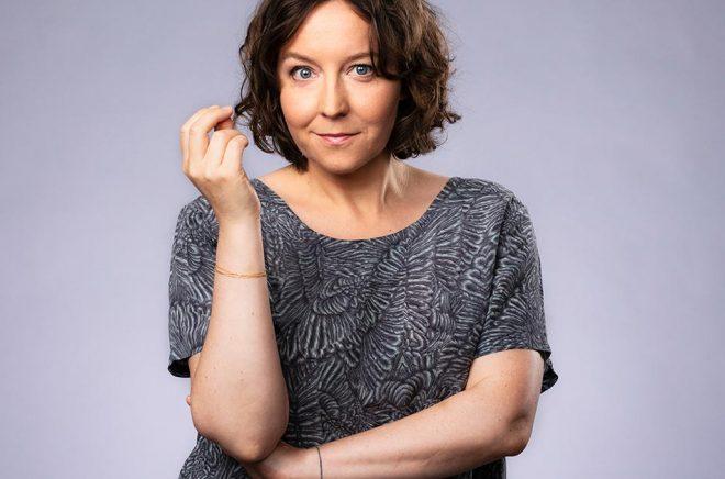 Programledaren Emmy Rasper använder ofta ordet knô i bemärkelsen trängas. Pressbild: Mattias Ahlm/Sveriges Radio.