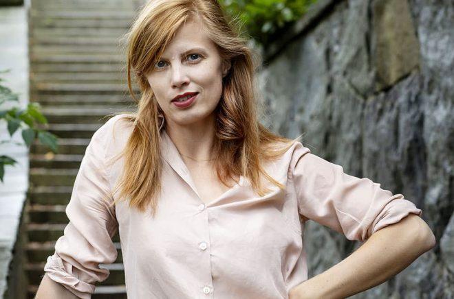 Författaren Lydia Sandgren gillar att tjôta. Pressbild: Emelie Asplund.