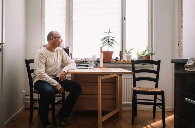 Dmitri Plax vid köksbordet i sin lägenhet. På stolen till höger brukade Peter sitta. På bordet ligger en av Barbro Lindgrens tunna tankeböcker.