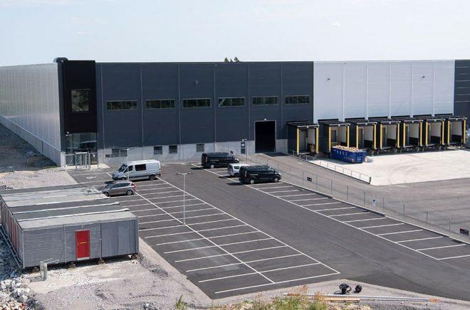 En nybyggd lagerlokal i Kjula logistikpark utanför Eskilstuna blir det amerikanska e-handelsföretaget Amazons första lager i Sverige. Arkivbild: Fredrik Sandberg/TT.