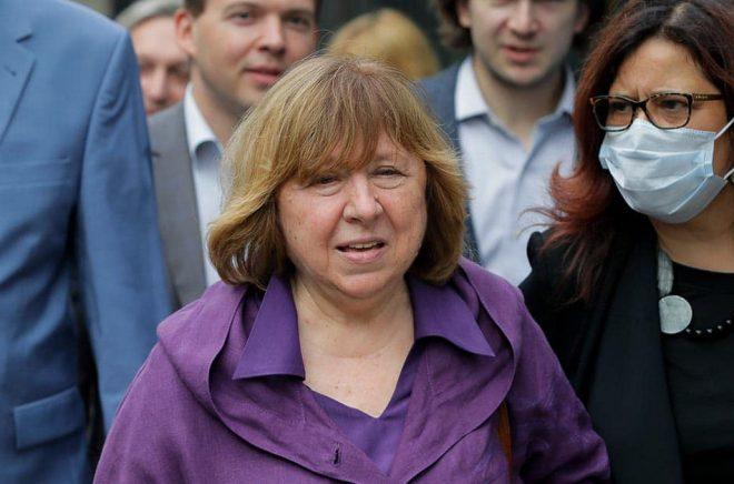 Svetlana Aleksijevitj, som 2015 tog emot Nobelpriset i litteratur, är medlem i det råd som bildats av oppositionen i Belarus. Arkivbild: Sergei Grits/AP/TT.