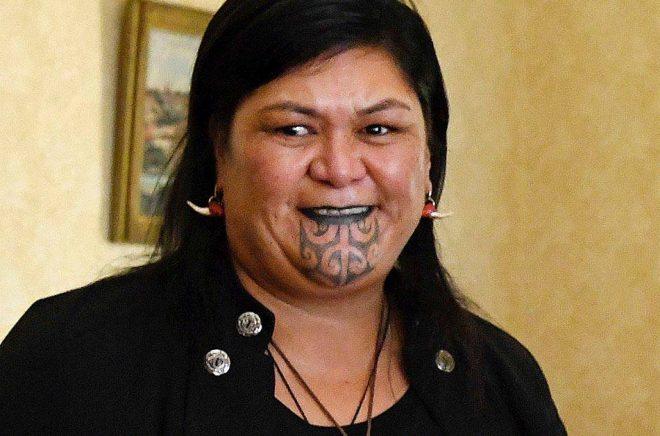 New Zeelands utrikesminister Nanaia Mahuta är den första regeringsmedlemmen som har en traditionell maorisk ansiktstatuering. Arkivbild: Bianca De Marchi/AP/TT.