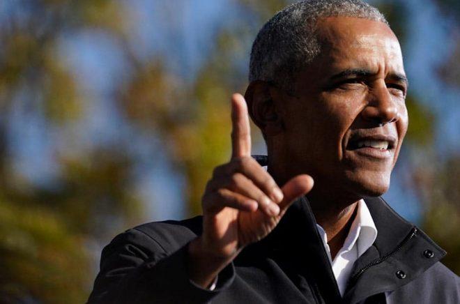 USA:s förre president Barack Obama är fortsatt populär. Här kampanjtalar han för Joe Biden tidigare i november. Foto: Brynn Anderson/AP/TT.