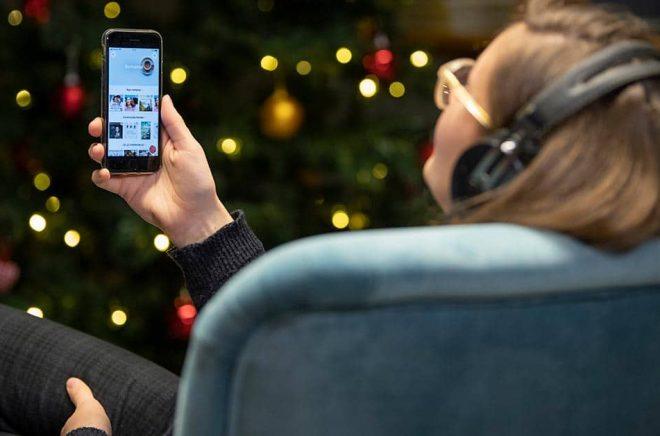Att läsa en ljudbok kan vara ett sätt att koppla av när man smälter julmaten. Arkivbild: Henrik Montgomery/TT.