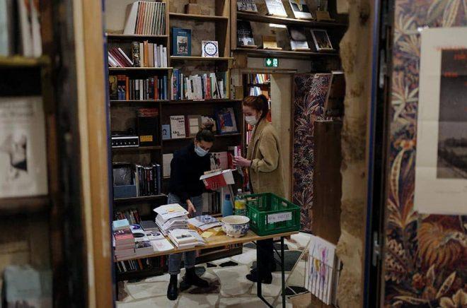 De franska bokhandlarna får delvis hålla öppet – även om landet stängs ned. Arkivbild: AP/TT.