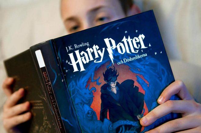 Endast en av nio svenska tonåringar läser dagligen en bok eller dagstidning. Arkivbild: Claudio Bresciani/TT.