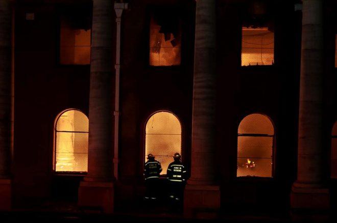 Kapstadens universitetsbibliotek skadades svårt i branden. Foto: Nardus Engelbrecht/AP.