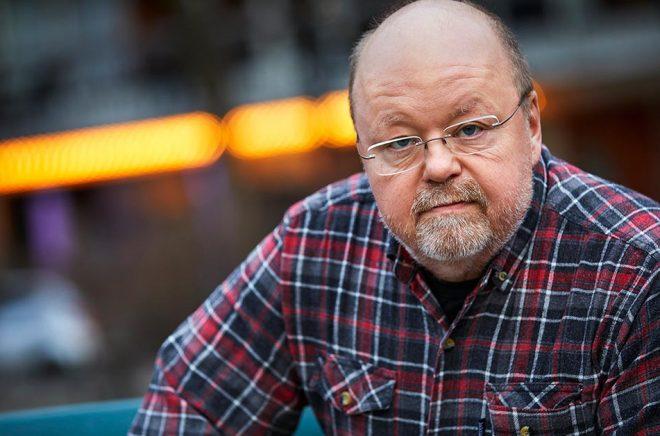 Musikern och underhållaren Kalle Moraeus har skrivit boken