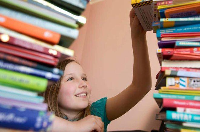 Barn och ungas frivilliga läsning utvecklar språkutvecklingen, läs- och skrivutvecklingen, en mer generell kunskapsutveckling och förståelse för andra, enligt forskning. Arkivbild: Jessica Gow/TT.
