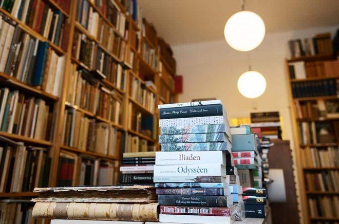 På antikvariat kan man köpa böcker för att läsa – och till inredningen. Arkivbild: Karin Wesslén / TT.