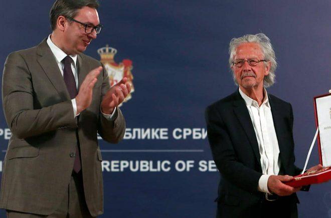 Österrikiske författaren Peter Handke tilldelas Karageorgevitjs stjärnas orden. Foto: Darko Vojinovic/AP/TT.