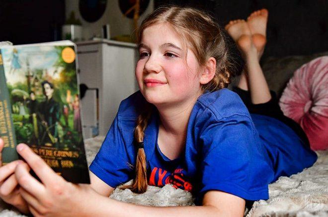 En läsande 11-årig flicka. Arkivbild: Jonas Ekströmer/TT.