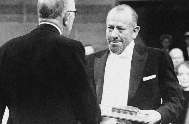 John Steinbeck tar emot Nobelpriset i litteratur 1962. Arkivbild: AP/TT.