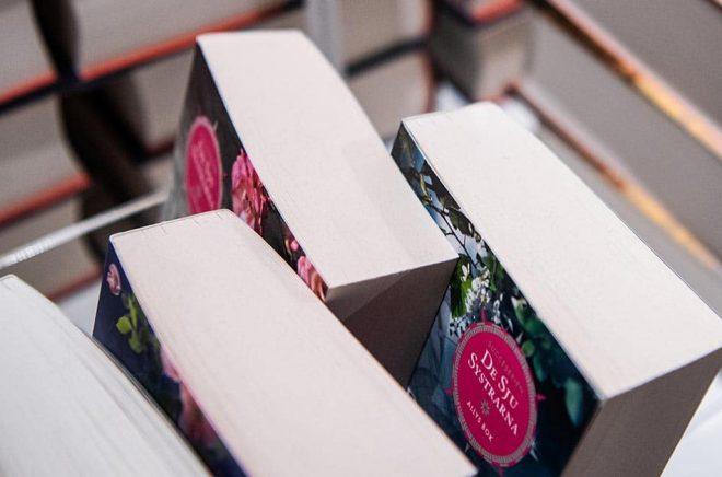 Personal i bokhandeln tvingas säga till kunderna att de ska hålla avstånd, skriver Sydöstran. Arkivbild: Amir Nabizadeh/TT.