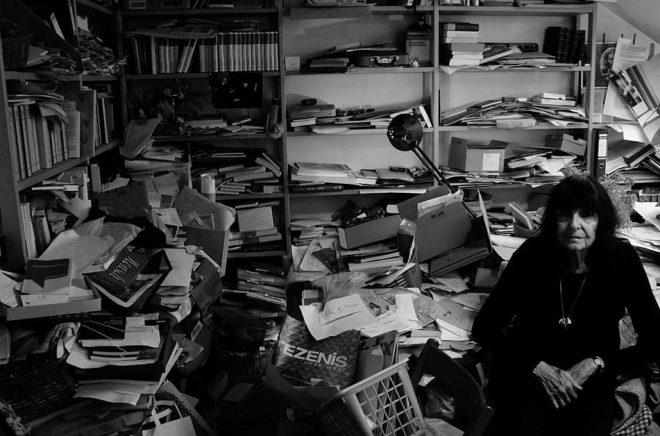 Poeten Friederike Mayröcker i sitt arbetsrum. Hon blev 96 år gammal. Arkivbild: Michael Horowitz/Ellerströms förlag.