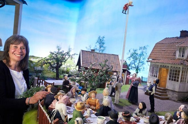 Illustratören Marit Törnqvist ritade alla miljöerna till Sagotåget på Junibacken och vinnlade sig om att få med detaljerna. Det skulle gå att urskilja de olika maträtterna på kalaset i Katthult. Foto: Fredrik Persson/TT.