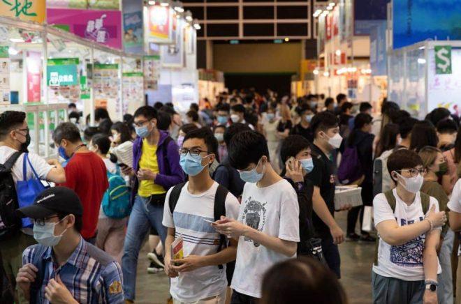 Förlagen på bokmässan i Hongkong försöker undvika att bryta mot den kontroversiella säkerhetslag som Kina införde i fjol, rapporterar AP. Foto: Matthew Cheng/AP/TT