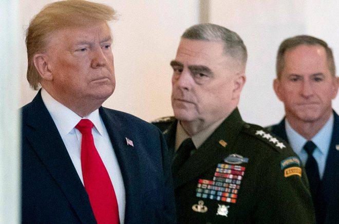 USA:s tidigare president Donald Trump med USA:s högst uppsatte general Mark Milley vid sin sida. Arkivbild: Alex Brandon/AP/TT.