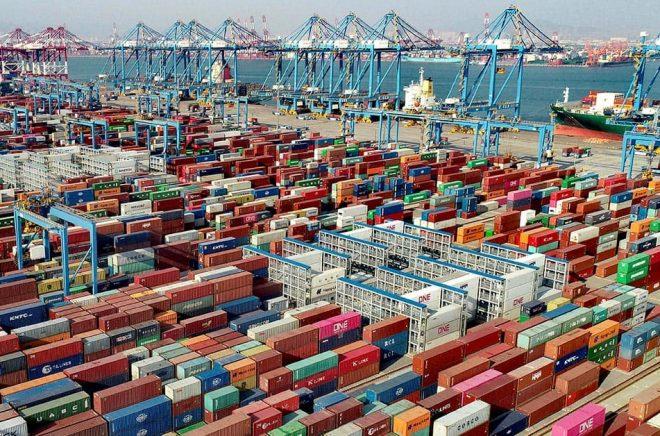 Chinatopix/AP/TT Containerhamnen i kinesiska Qingdao. Arkivbild.