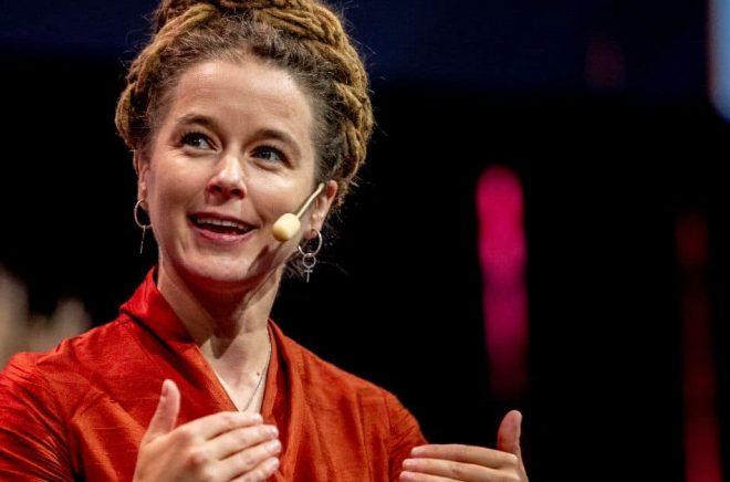 Kultur- och demokratiminister Amanda Lind under invigningen av Bokmässan 2021 i Göteborg. Under invigningen uppmärksammades det att det är 20 år på dagen sedan Dawit Isaak fängslades i Eritrea. Foto: Adam Ihse/TT