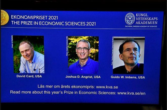 Årets Nobelpristagare i ekonomi tillkännagavs under en pressträff på Kungliga Vetenskapsakademien i Stockholm. David Card, Joshua D Angrist och Guido W Imbens (fr v på skärmen). Foto: Claudio Bresciani/TT.