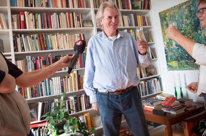Henrik Celander skålar med sin fru Lena Andersson på Celanders förlag efter det att Abdulrazak Gurnah den 7 oktober i år tilldelades Nobelpriset i litteratur. Förlaget driver Henrik Celander från hemmet i Lund. Arkivbild: Johan Nilsson/TT.