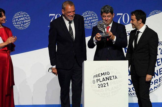 När de fick Premio Planeta på 10,9 miljoner kronor valde Jorge Díaz, Antonio Mercero och Augustín Martínez att kliva fram som författare bakom pseudonymen Carmen. Mola. Foto: Josep Lago/AFP