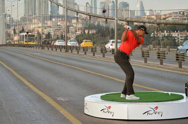 Tiger Woods släpper sin självbiografi Back på HarperCollins, bland annat i Sverige. På bilden (från 2013) gör han ett utslag på bron mellan Europa och Asien i Istanbul. Foto: Czgur, iStock.