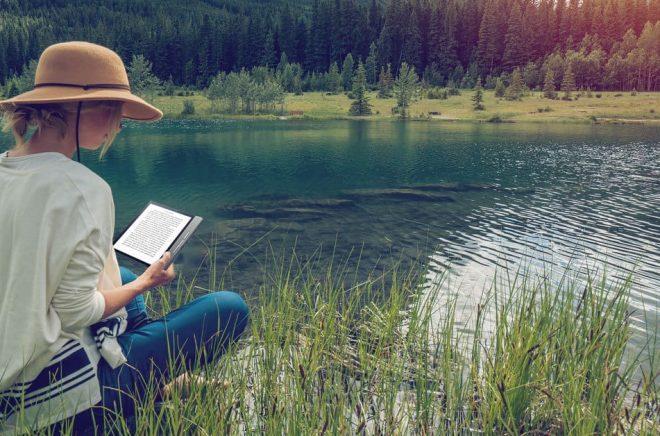 Eboksläsaren Kobo Forma är vattentät och ska klara att du tappar den i en sjö exempelvis. Foto: Kobo.