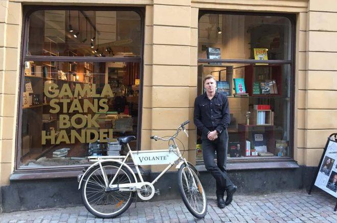 Volantes förlagschef Tobias Nielsén utanför Gamla Stans Bokhandel som drivs av Volante.