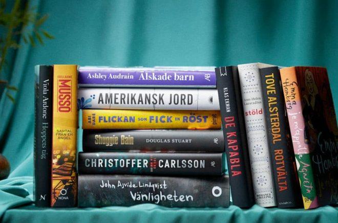 De 12 nominerade titlarna till Årets bok 2021. Fotograf: Henrik Mårtensson Almegård