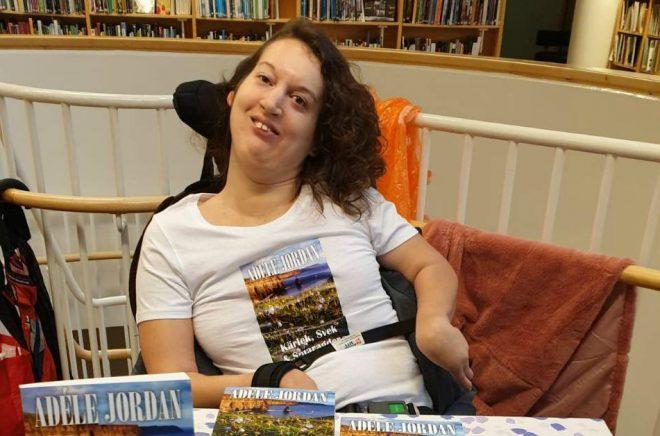 Författaren Adéle Jordan med sin debutroman. Foto: Privat