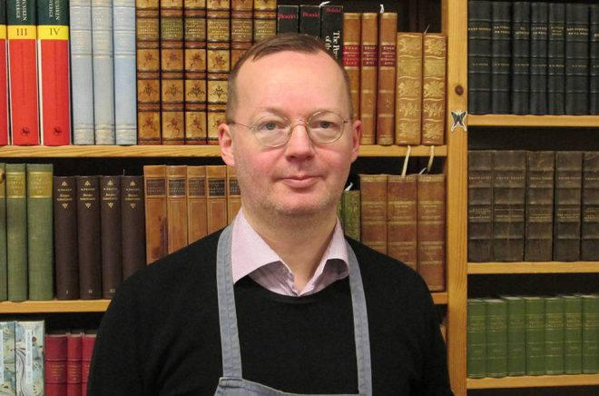 Henrik Einarsson, en i personalen på Alfa Antikvariat. Foto: Privat