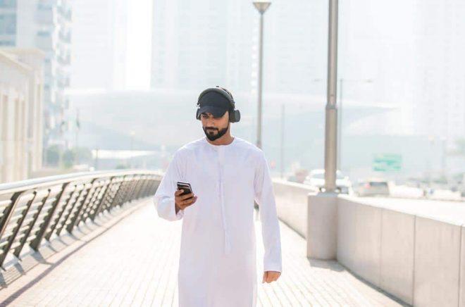 Storytel stärker sitt grepp om marknaden för ljudböcker på arabiska genom köpet av konkurrenten Kitab Sawti. Dubai (bilden) är en del av den marknaden. Foto: iStock. (Personen på bilden har ingen anknytning till artikeln).