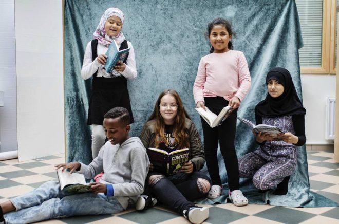 Barnradions bokpris-jury 2018: Jasmine Hl-Kritty, Fatme Ibrahim, Zajnab Hawra, Una Music och Shuaib Aden från Rosengårdsskolan i Malmö. Foto: Julia Lindemalm/Sveriges Radio