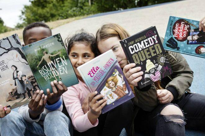 Barnradions bokpris jury: Jasmine Hl-Kritty, Fatme Ibrahim, Zajnab Hawra, Una Music och Shuaib Aden med de nominerade böckerna. Foto: Julia Lindemalm/Sveriges Radio
